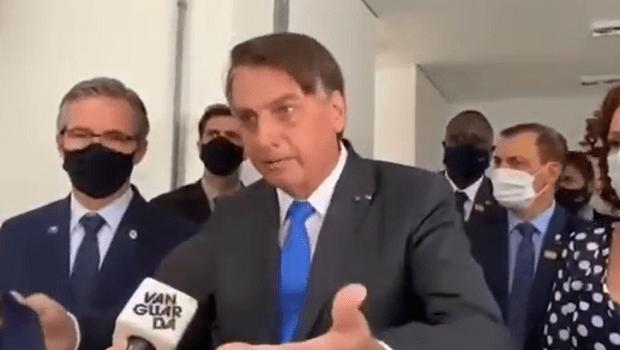 Bolsonaro se irrita com pergunta sobre uso de máscara e manda jornalista 'calar a boca'