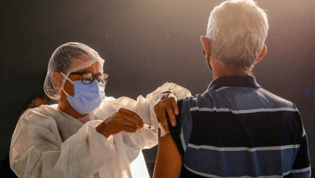 Vacinação contra Covid-19 evitou a morte de mais de 40 mil idosos, diz pesquisa da Ufpel e Harvard