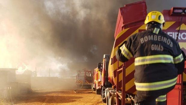 Incêndio de grandes proporções atinge no pátio da Enel, em Goiânia