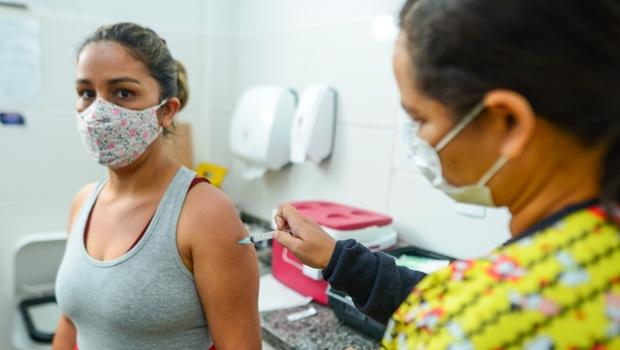 """""""Dia D"""" da vacinação em Goiânia começa aplicar 1º dose em pessoas com 31 anos"""