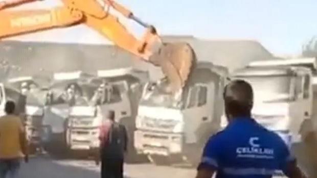Vídeo: sem receber salário, operário usa escavadeira para esmagar caminhões da própria empresa