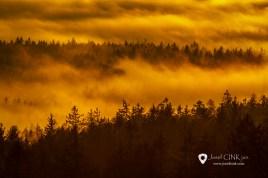 Horní hranice inverzní oblačnosti přecházející v mlhy