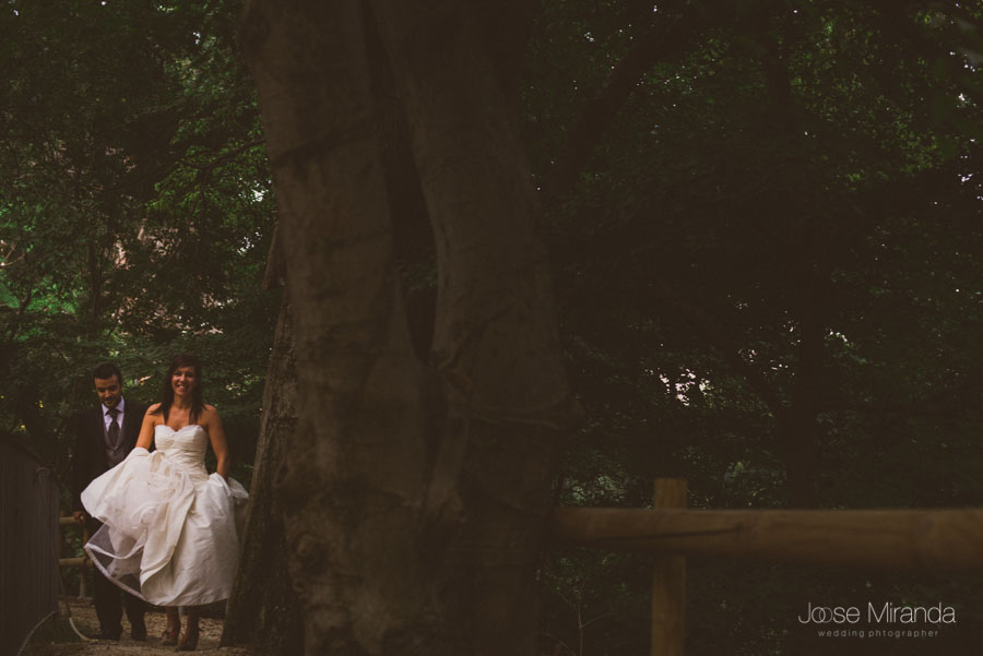 Susana y Marco andando por el camino en una fotografía de post boda de Jose Miranda Jaén Martos