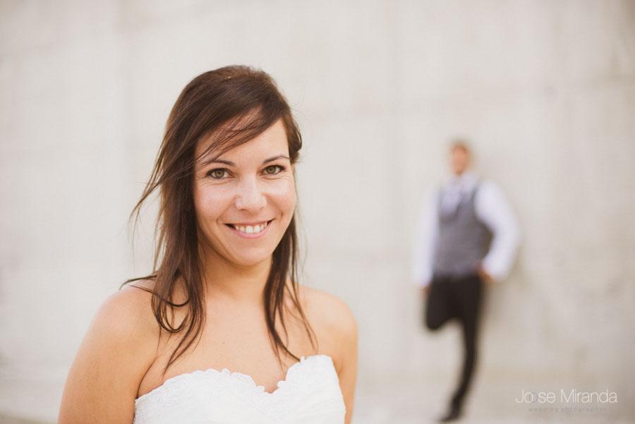 Susana con Marco al fondo desenfocado en una fotografía de post boda de Jose Miranda Jaén Martos