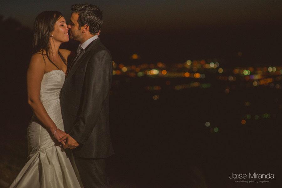 Susana y Marco con las luces de la ciudad al fondo en una fotgrafía de post boda