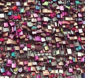 Konceptutveckling - Bild på många hänglås i alla möjliga lila färger som är fastlåsta i något slags galler (som knappt syns).