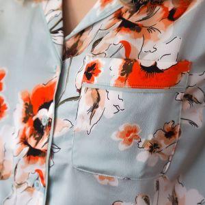 Camisa satén azul con estampado floral detalle bolsillo