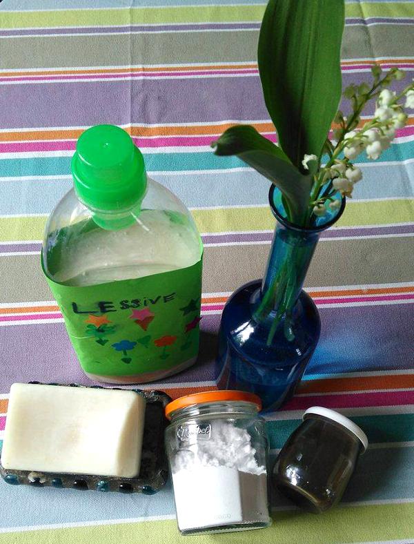 lessive fait maison avec de l'eau, du savon noir et des cristaux de soude.