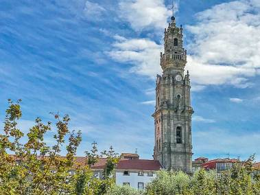 The balcony of A Vida Portuguesa  offer the spectacular view of the  famous 18th century Clerigos Tower, by Italian architect Nicolau Nasoni.