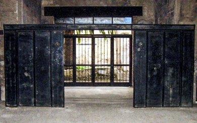 Herculaneum-Black screens.