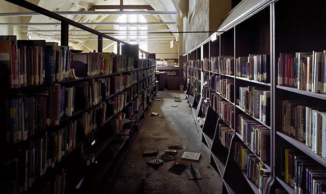 Biblioteca pública abandonada. Al parecer, a nadie le interesa llevarse los libros.