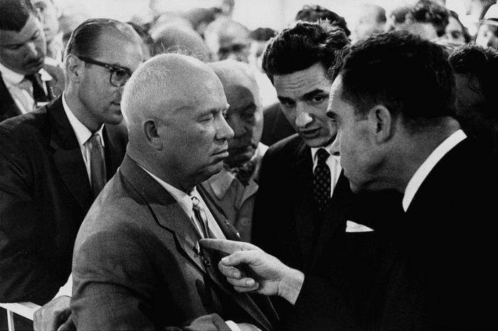 Nikita Khrushchev y Richard Nixon, Moscú, 1959. Fotografía cortesía de history.com