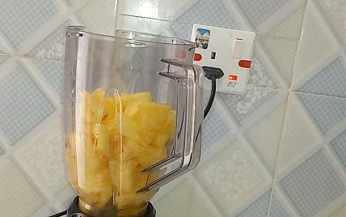 Blending of pineapple chunks