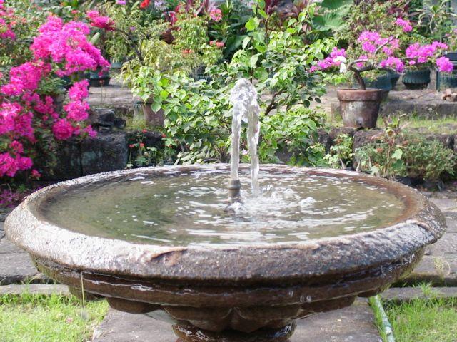 fontaine dans jardin