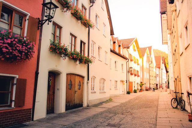 rue avec façades peintes de différentes couleurs
