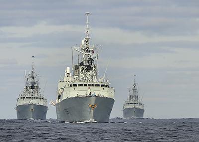 Le NCSMAthabaskan dirige la formation, suivi du NCSMMontréal (à gauche), du NCSM Charlottetown (au centre) et du NCSMFredericton (à droite) durant l'exercice de groupe opérationnel mené dans l'océan Atlantique en 2010.