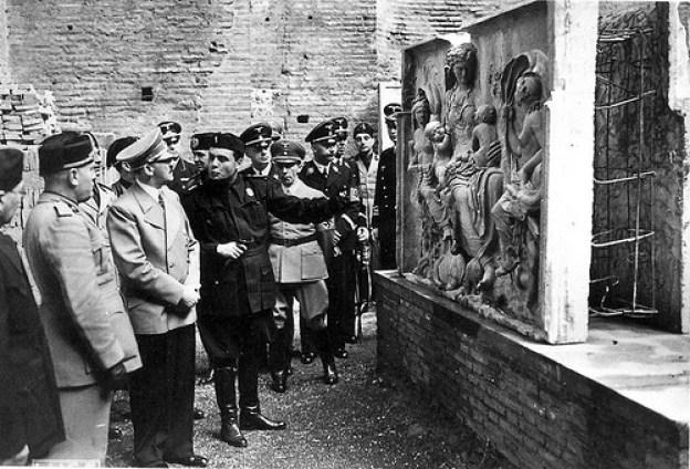 3.Mussolini, Hitler e Bandinelli davanti all'Ara Pacis
