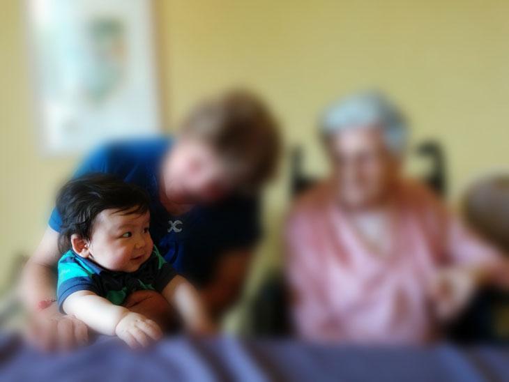 Lucas avec sa mamie et son arrière grand-mère