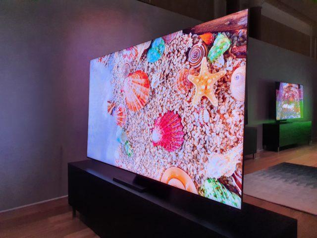 tv qled 8k sans bordures et une tv rotative