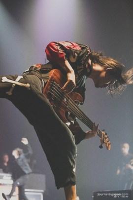 Ryota, bassiste de One Ok Rock lors du concert du 22 décembre au Zénith