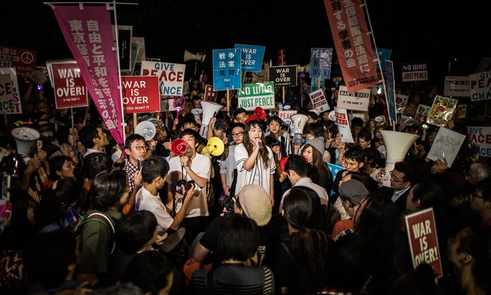 Des Japonais protestent contre la réforme de la constitution par le gouvernement conservateur de Shinzo Abe. Photo de Guillaume Bression, the Guardian, 2015