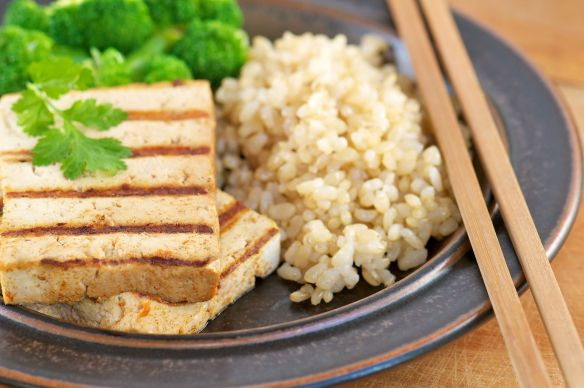 Ici, le tofu sert d'accompagnement. Crédits: Thespruce.com