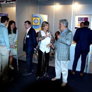 Liane Katsuki conversando con José María Reguera-Sevilla Pérez, Vicepresidente del IGE.