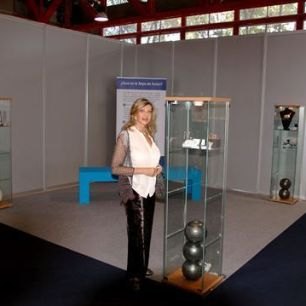 Liane Katsuki al lado de una de las vitrinas con sus joyas.