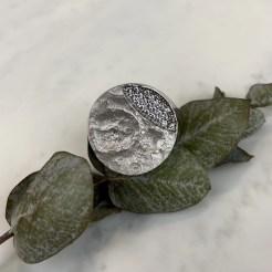 Anillo de plata superficie lunar