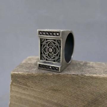 anillo de plata mandala en cuadrado