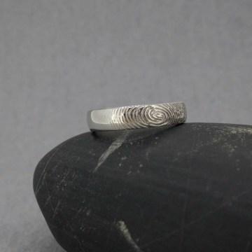 alianza de boda con grabado huella dactilar
