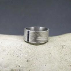 anillo de plata con textura arena