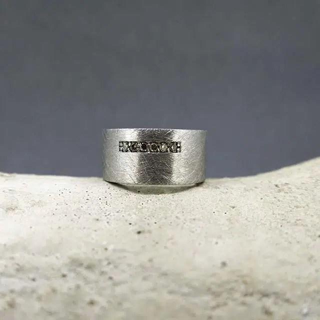 anillo de plata y diamantes marrones