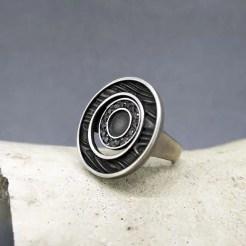 anillo de plata y diamantes negros