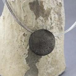 colgante circular plata negra