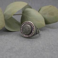 sello de plata con mandala y zirconitas rosas