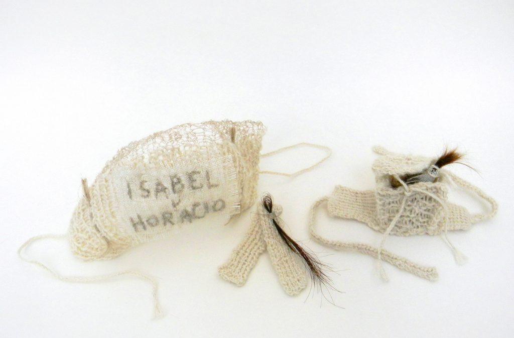Gabriela Nirino - Conjunto de cinta, brazalete y relicario