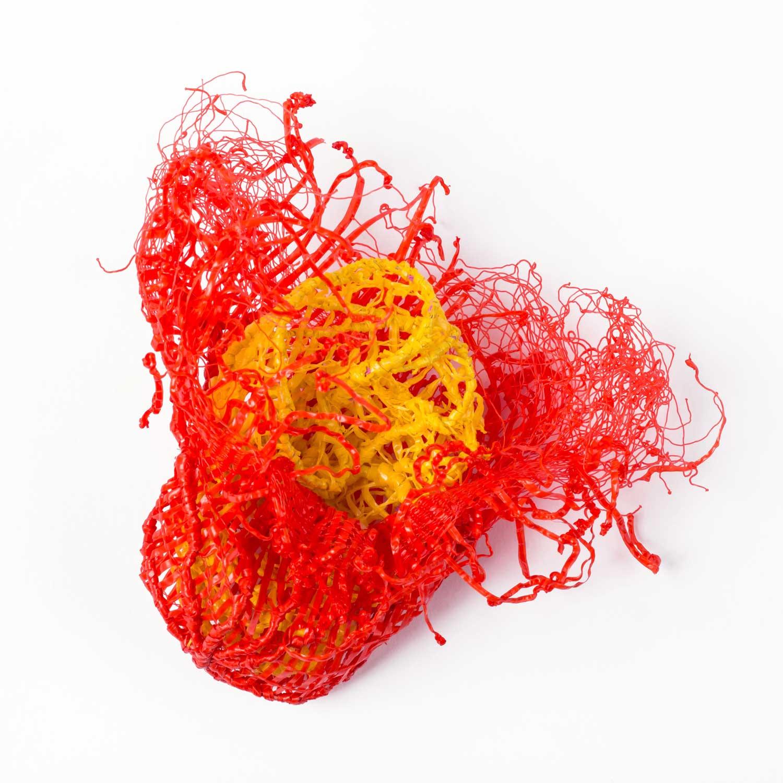 Carmen Romero - A los gritosPolipropileno de bolsas de mercado, hilode algodón, alpaca. Moldeado, bordado,aplicación de calor