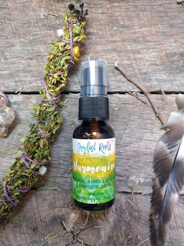 The antioxidant-rich, anti-inflammatory and sun harmonizing nature of this oil makes it wonderful for problem skin, aged skin, and acne.