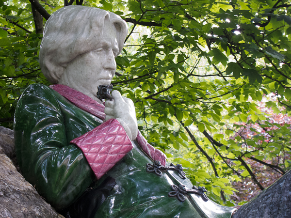 photo of Oscar Wilde statue in Merrion Square