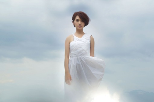 "Hit FM Premiere: Rainie Yang's ""We're All Foolish"" + Live Version"