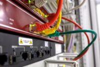 foto de un router montado en rack con sus cables conectados