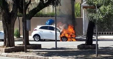 Carro pega fogo no Centro de Jundiaí