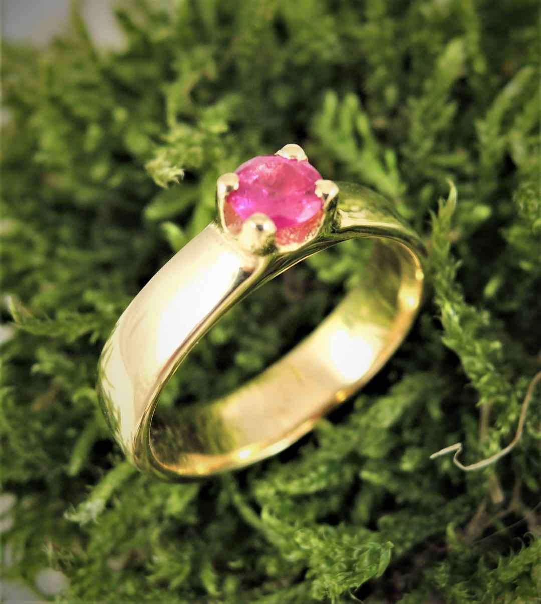 bague en or 18 carats et rubis