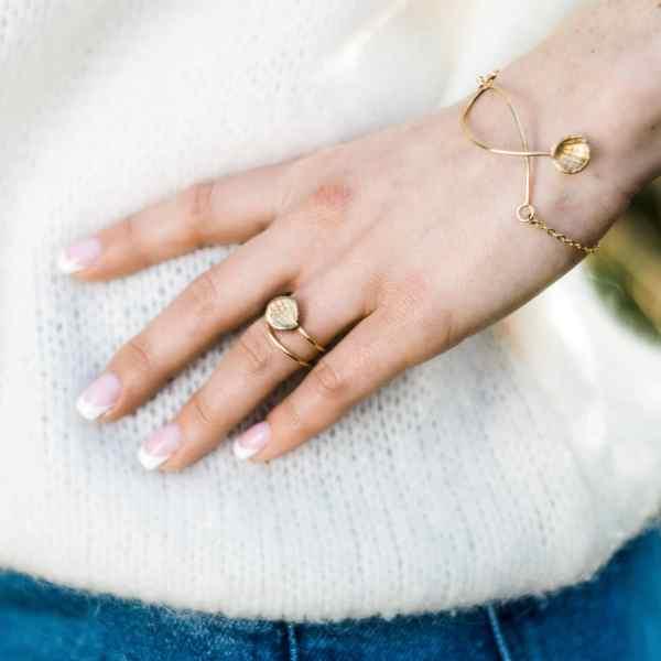 modèle portant bracelet et bague Golden Leaves