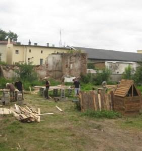 La costruzione di una parte del villaggio medievale