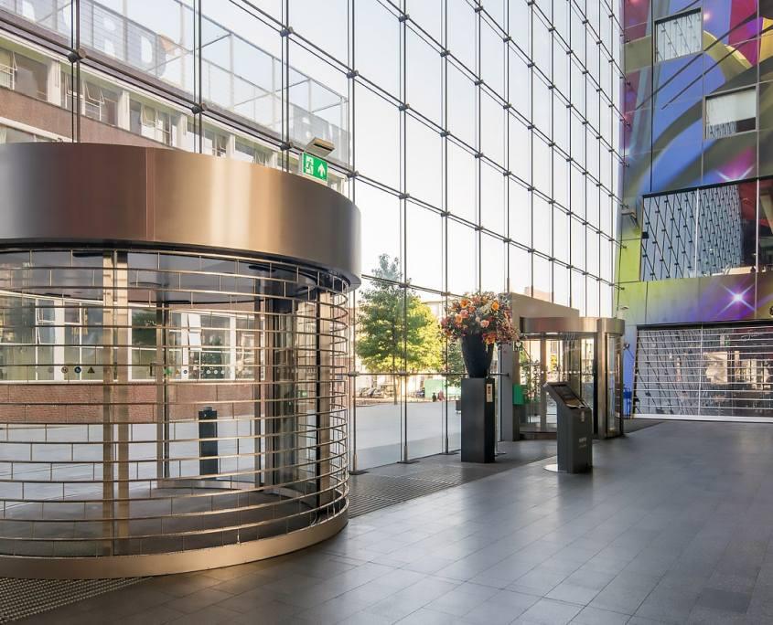 Tyverisikring med stabelgitter Butikscenter-facade-og-buet-indgang