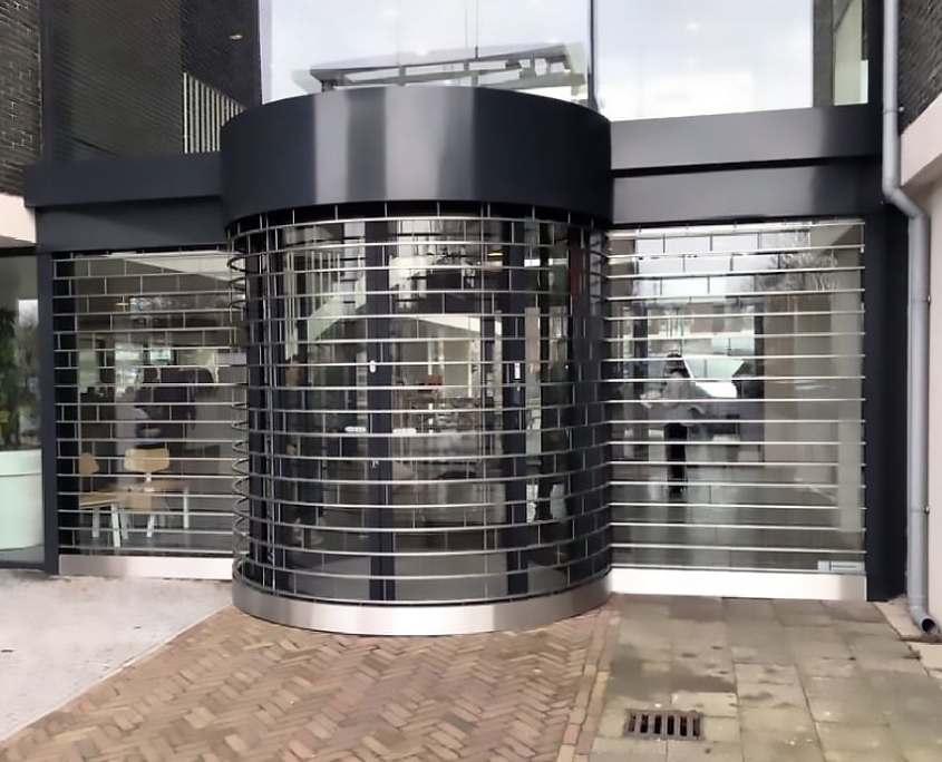Tyverisikring med stabelgitter Buet-indgang