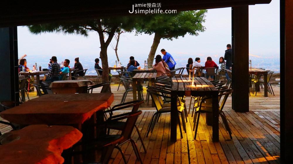 礁溪百萬夜景餐廳!「空ㄟ農場」眺望蘭陽平原、龜山島璀璨之美 1樓戶外座位