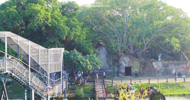 安平樹屋,本來是德記洋行的倉庫,百餘年的歲月,沒了屋頂榕樹盤根錯節,卻也在展開的枝葉做成樹屋,木棧道上我們都能清楚看見它的輪廓,幾分滄桑,承載著當年往事。